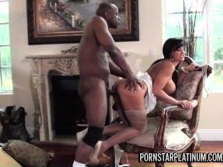 Lisa ann tem diversão com o príncipe big black cock
