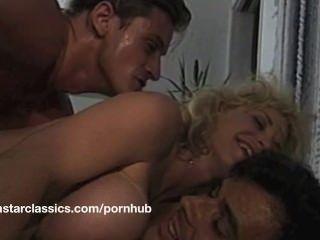 Grande boob clássica pornô estrela aventura anal
