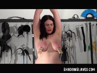 Lesbian slavegirl alyss torturada por sua amante em hardcore bdsm sessão