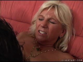 Une femme mature se é marteler la chatte par un jeune!
