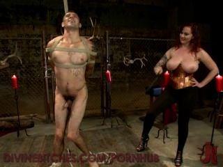 Busty redheaded goddess provoca e usa novo slaveboy