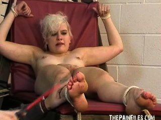 Fetiche de pé e bondagem extremo bastinado pé de toe torturado sexy loira