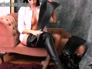 Hot busty babe coloca em sua coxa botas de couro altas