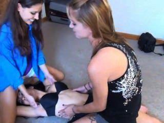 Companheiros de quarto tickle and strip attack