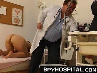 Doutor voyeur sujo velho com uma came escondida