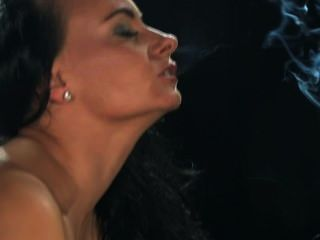 Eva fuma