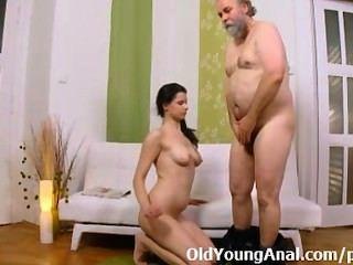 Sexo anal ansioso adolescente pede homem mais velho para levá-la para trás passagem