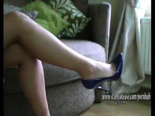 Menina bonita com pernas longas stiffens fetiche em lingerie sexy e saltos altos