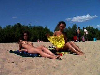 Nudista nua legal age adolescente deixa a água beijar seu corpo