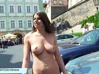 Monalee mostra seus peitos em ruas públicas