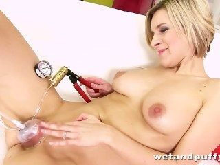Bianca ferrero está brincando com seu brinquedo favorito