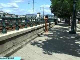 Doce bailey mostra seu corpo nu sexy em ruas públicas