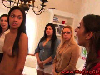 Adolescentes lésbicas da faculdade que usam dildos para sua iniciação