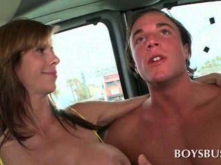 Busty babe fazendo este cara realmente excitado no ônibus meninos
