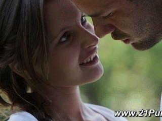 Pequena adolescente com mamas naturais faz amor com seu namorado