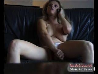Muito quente madura loira fica horny enquanto no telefone na webcam