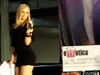 Alexis texas faz strip menina para sutiã e calcinha