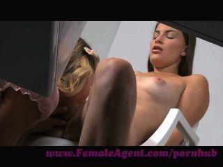 Agente feminina.Milf atinge a sorte com uma visão de beleza