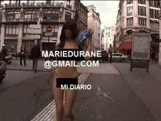 Chica busca sexo por uma rua desnuda