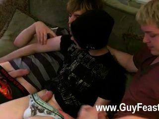 Filme gay aron, kyle e james estão draping no sofá e preparado