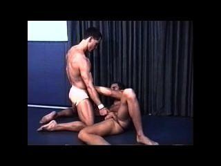 Luta erótica muscular em tiras jock