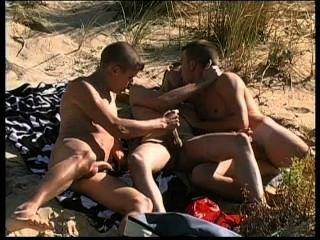Três adoráveis punks têm sexo muito quente na praia nudista.