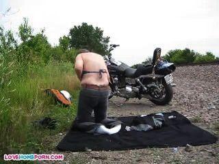 Rapazes nus após show moto local