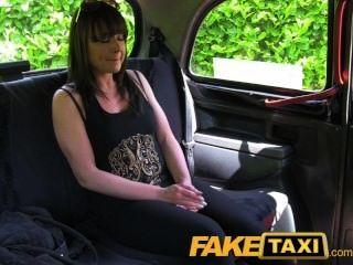 Mulher casada faketaxi leva uma boa fodendo duro