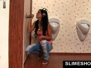 Menina fica grande boca cheia de cum em gloryhole