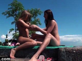 Lesbian adolescente threesome ao ar livre