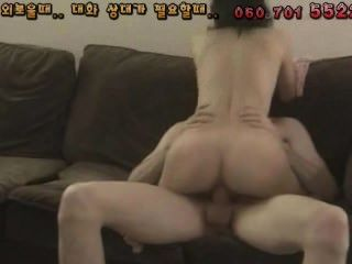 Pequena coreana gosta de galo branco grande