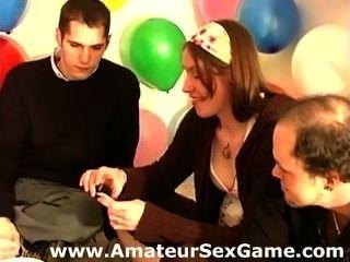 Meninas amadoras e caras jogando um jogo de desafio sexual