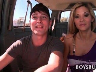 Belo rapaz adolescente seduzido por uma loira quente no ônibus