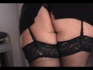 Curvilínea loira madura em saia apertada e meias tiras