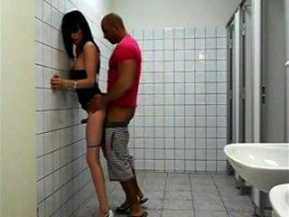 Puta sexy transexual no banheiro