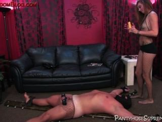 Booted femdom bitch controla seu escravo masculino submisso