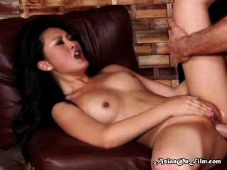 Modelo asiático goza cum na boca após o sexo anal