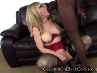 Milf slutty em meias sexy hartley nina suga off homem negro dotado