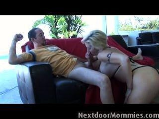 Mulher loira com grandes mamas suga dick
