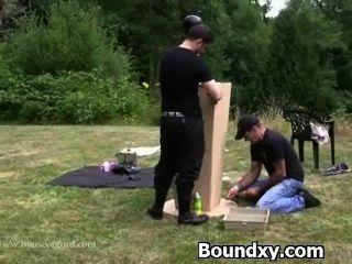 Cruel castigo para a mulher em látex
