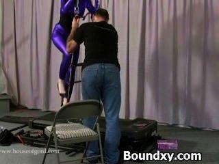Mulher em fetiche de látex rude disciplina jogos