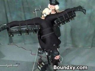Mulher em latex fetiche humilhação brutal