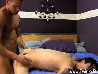 Pornô gay quando o assistente pega um menino de cabelos castanhos, em vez de