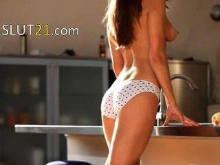 Adolescente wow mulher provocando em uma cozinha