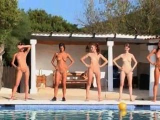 Seis meninas nuas na piscina da europa