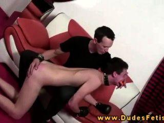 Gay dominante espanca seu escravo gay