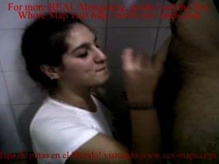 Fodendo uma prostituta em um banheiro