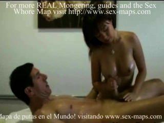 Real massagista asiático esfregando clientes