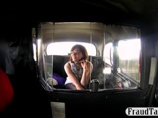 Naughty amateur oferece um blowjob para o motorista de táxi