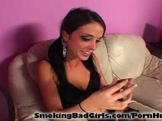 Adolescente fuma cigarro enquanto chupando pirulito
